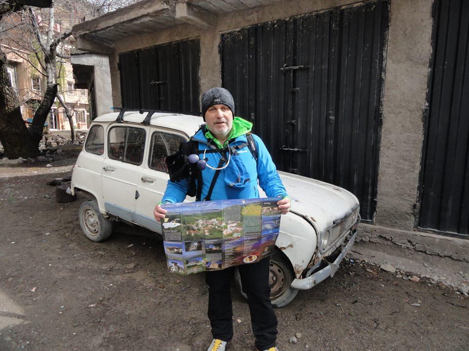 Sabino Jose García en Marruecos con el mapa de Villamayor